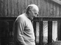 Hermann Moog vor seinem Atelier